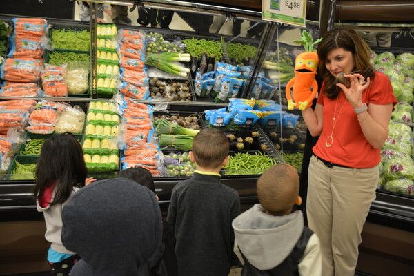 A nutrition expert educating children about healthy eating